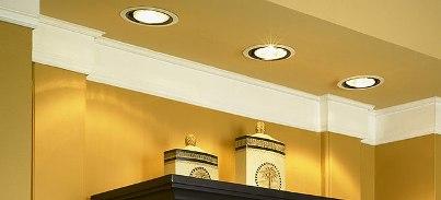 Использование встраиваемых потолочных светильников для подсветки декоративных вещей на полке