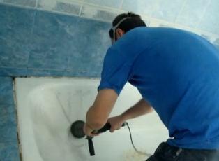 Проводим очистку старого эмалевого покрытия ванны