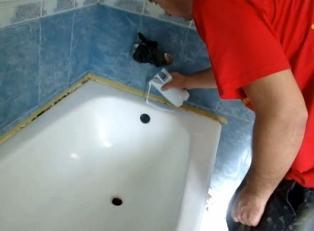 Начинаем заливку акриловой эмали на поверхность ванны