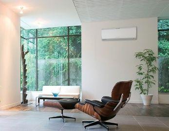 Размещайте внутренний блок кондиционера подальше от прямых солнечных лучей