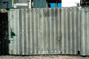 старый шифер на заборе