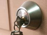 Дверные аксессуары – как сделать из двери комплекс безопасности?