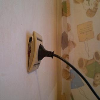 Розетка выпадает из стены